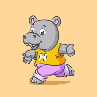 Gros hippopotame en cours d'exécution pour faire du sport en utilisant une chemise jaune