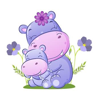 Le gros hippopotame est assis derrière son bébé dans le jardin de l'illustration