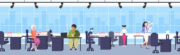 Gros homme d'affaires obèse buvant du cola sur le lieu de travail bureau en surpoids homme d'affaires afro-américain nutrition malsaine obésité concept intérieur de bureau moderne