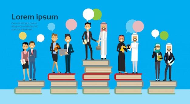 Groupe d'affaires arabe sur différents livres empiler des bulles chat réussi concept d'entreprise de réussite financière de l'équipe commerciale arabe