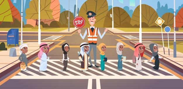 Groupe d'aide de garde de policier des écoliers arabes
