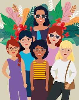 Groupe de belles femmes debout avec des feuilles tropicales
