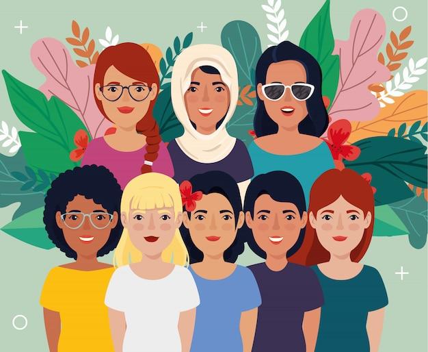 Groupe de belles femmes avec des feuilles tropicales