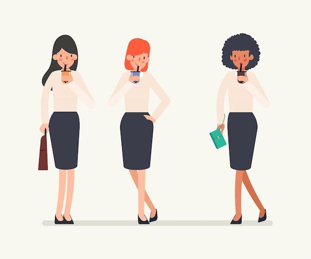 Groupe de caractère de femme d'affaires buvant du thé au lait à bulles.