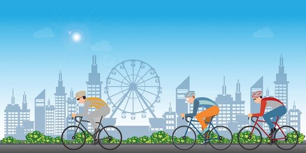 Groupe de cyclistes homme en vélo de course sur fond de vue sur la ville.