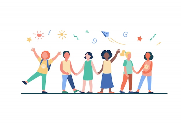 Groupe diversifié d'enfants à la maternelle