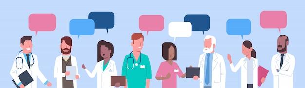 Groupe de docteurs en médecine permanent chat concept de réseau social de traitement des bulles de traitement
