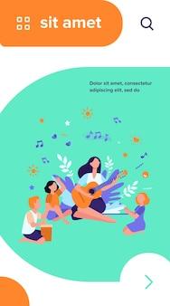 Groupe d'enfants applaudissant à leur professeur jouant de la guitare. enfants bénéficiant de cours de musique en plein air