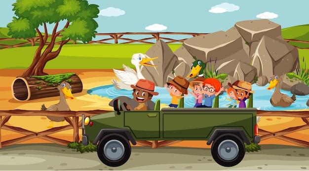 Groupe d'enfants au zoo avec de nombreux canards