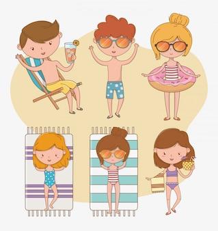 Groupe d'enfants avec des costumes de plage