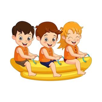 Groupe d'enfants heureux de bande dessinée montent sur un bateau banane