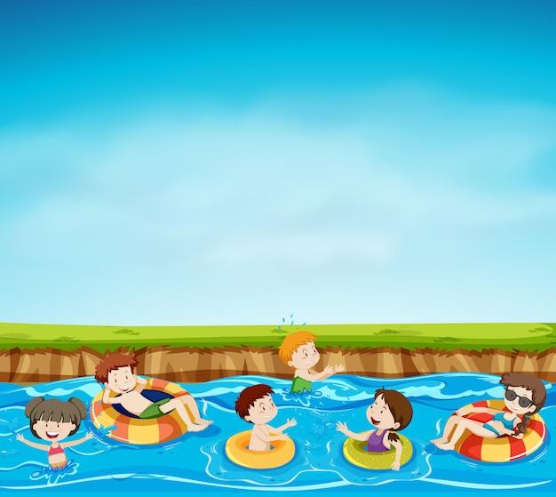 Groupe d'enfants jouant dans le lac