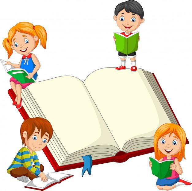 Groupe d'enfants lisant un livre