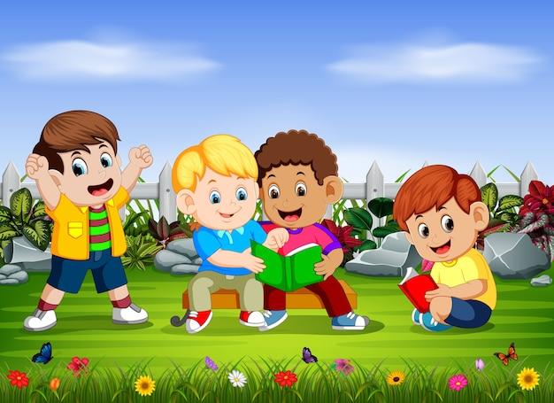 Groupe d'enfants lisent le livre ensemble