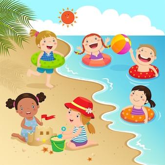 Groupe d'enfants s'amusant sur la plage