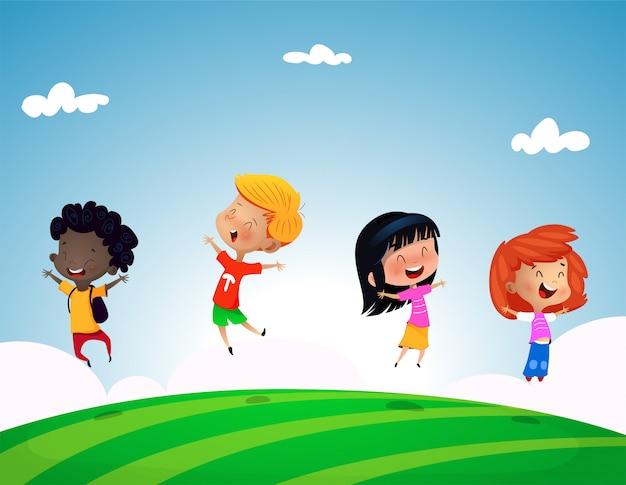 Groupe d'enfants sautant sur la colline d'herbe avec un ciel bleu