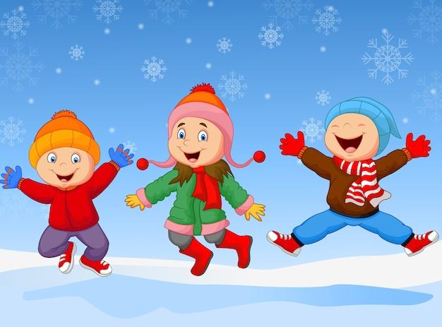 Groupe d'enfants sautant ensemble en hiver
