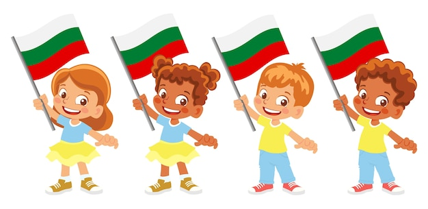 Groupe d'enfants tenant leur illustration du drapeau national