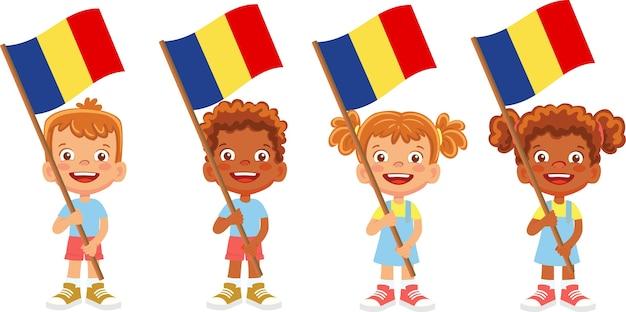 Groupe d'enfants tenant leur illustration du drapeau national