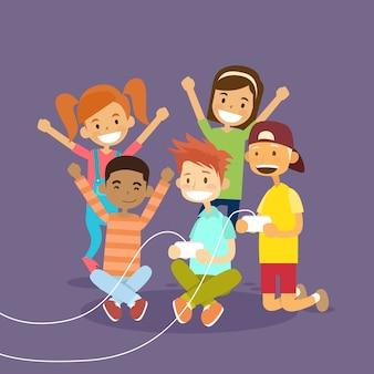 Groupe d'enfants tenant une manette de jeu jouant un jeu vidéo