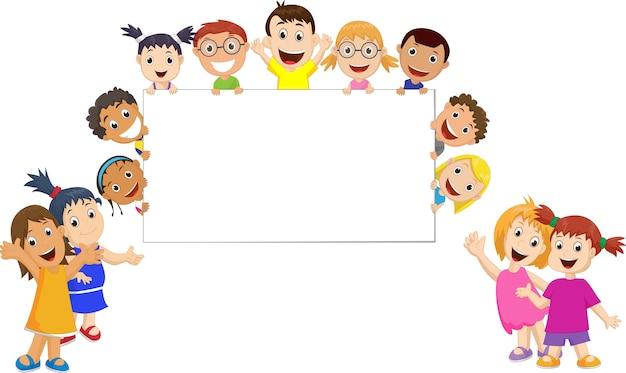 Un groupe d'enfants tenant et montrant un signe vierge