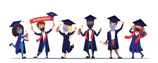 Groupe d'étudiants diplômés heureux dans des masques médicaux de protection avec des diplômes en mains célébrant l'obtention du diplôme 2021 pendant la quarantaine et le verrouillage des coronavirus. dessin animé plat