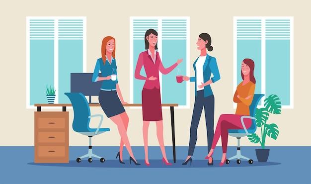 Groupe de femmes d'affaires discutant pendant la pause-café au bureau
