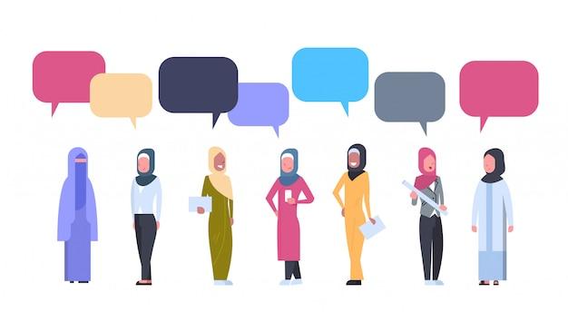Groupe de femmes arabes avec des bulles de discussion. femme arabe portant des vêtements traditionnels