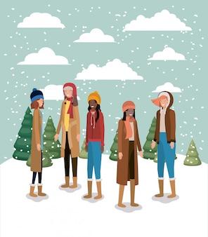 Groupe de femmes dans le paysage de neige avec des vêtements d'hiver