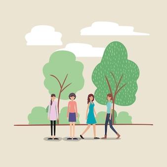 Groupe de femmes marchant sur les personnages du parc