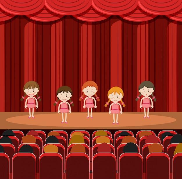 Un groupe de filles qui jouent sur scène
