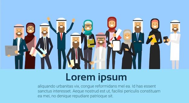 Groupe, de, gai, arabe, affaires, gens, heureux, tenir, élevé, mains, ouvriers musulmans