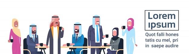 Groupe de gens d'affaires arabes boire du thé ou du café assis au bureau bureau travailleurs musulmans à la pause modèle bannière