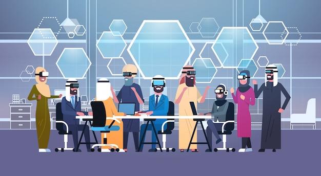 Groupe de gens d'affaires arabes portant des lunettes 3d lors d'une réunion au bureau