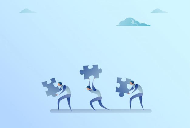 Groupe de gens d'affaires carry puzzle parts concept de coopération de travail d'équipe