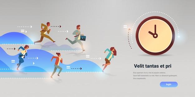 Groupe de gens d'affaires courir à l'horloge temps gestion date limite chef d'équipe compétition concept de ponctualité plat horizontal