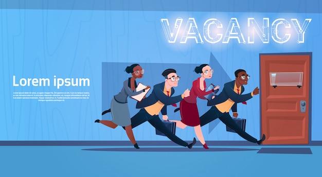Groupe de gens d'affaires en cours d'exercice recherche de poste à pourvoir employé ressources humaines recrutement