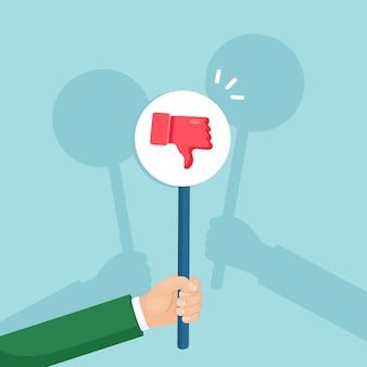 Groupe de gens d'affaires avec une pancarte de pouces vers le bas. des médias sociaux. mauvaise opinion, aversion, désapprobation. témoignages, commentaires, avis clients.