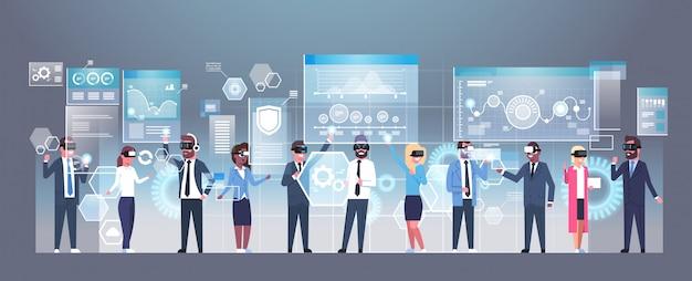 Groupe de gens d'affaires portant des lunettes 3d modernes utilisant le concept de technologie de réalité virtuelle de l'interface utilisateur futuriste