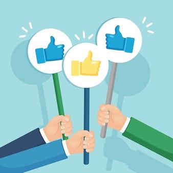 Groupe de gens d'affaires avec les pouces vers le haut. des médias sociaux. bonne opinion. témoignages, commentaires, concept d'avis client.