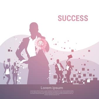 Groupe de gens d'affaires silhouette excité tenir les mains vers le haut les bras levés, femme d'affaires avec le gagnant de la médaille