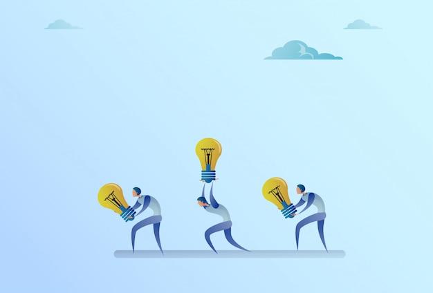 Groupe de gens d'affaires transporter nouveau concept d'ampoules