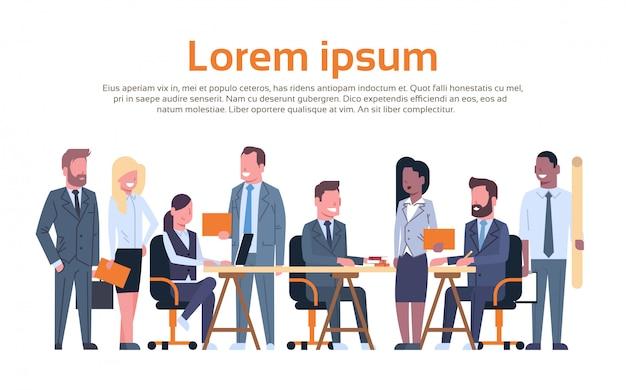 Groupe de gens d'affaires travaillant brainstorming, équipe de gens d'affaires assis ensemble au bureau discuter