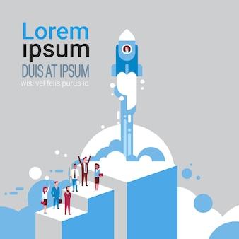 Groupe de gens d'affaires sur le vol de fusée spatiale startup idée création concept isométrique