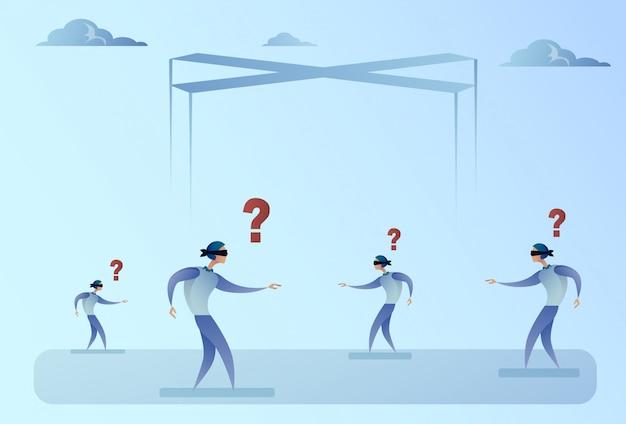 Groupe d'hommes d'affaires aveuglément à gué à pied avec concept de problème de point d'interrogation