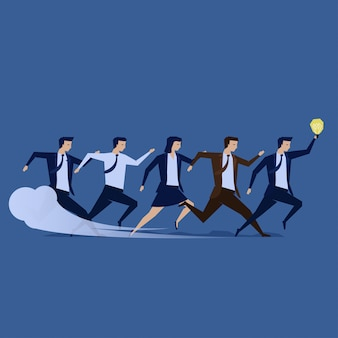 Un groupe d'hommes d'affaires s'unissent pour atteindre le but de l'entreprise.