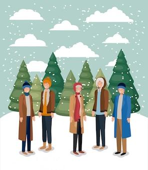 Groupe d'hommes dans le paysage de neige avec des vêtements d'hiver