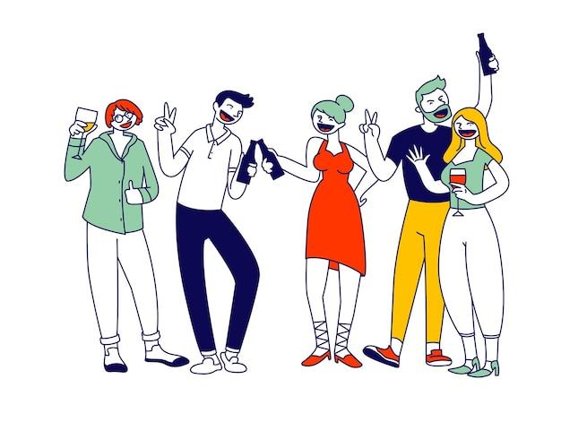 Groupe de jeunes hommes et femmes tenant des verres et des bouteilles avec des boissons pour célébrer la fête. illustration plate de dessin animé