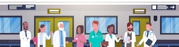 Groupe de médecins dans une bannière horizontale de couloir d'hôpital divers travaux médicaux dans une clinique moderne