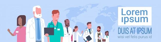 Groupe de médecins debout sur le concept de réseau social de traitement de carte du monde